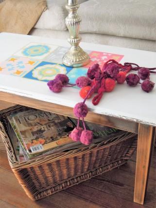 En perfectas condiciones, con la tapa pintada de blanco, patas en madera natural. Diseño imitación calcáreos super coloridos como los pisos que tanto amamos!. Mide: 91 X 46 X 42 de alto $1400